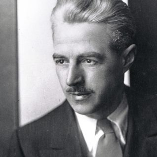a critical analysis of the maltese falcon by dashiell hammett Gangsters in hats richard mayne essays  dashiell hammett, he writes, 'challenges the easy distinctions between popular and high art,  the maltese falcon.